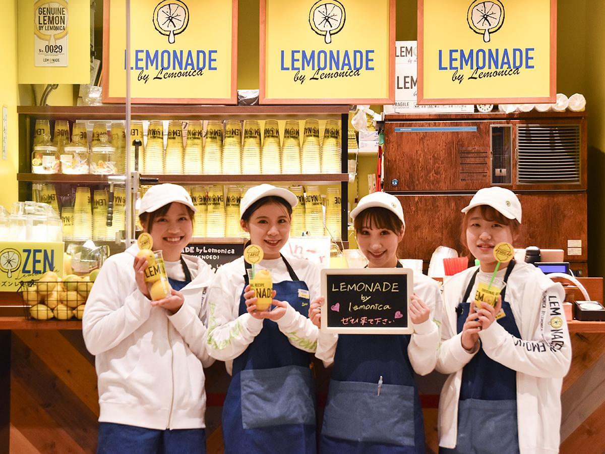 来店を呼び掛けるレモネード バイ レモニカ仙台駅店のスタッフ