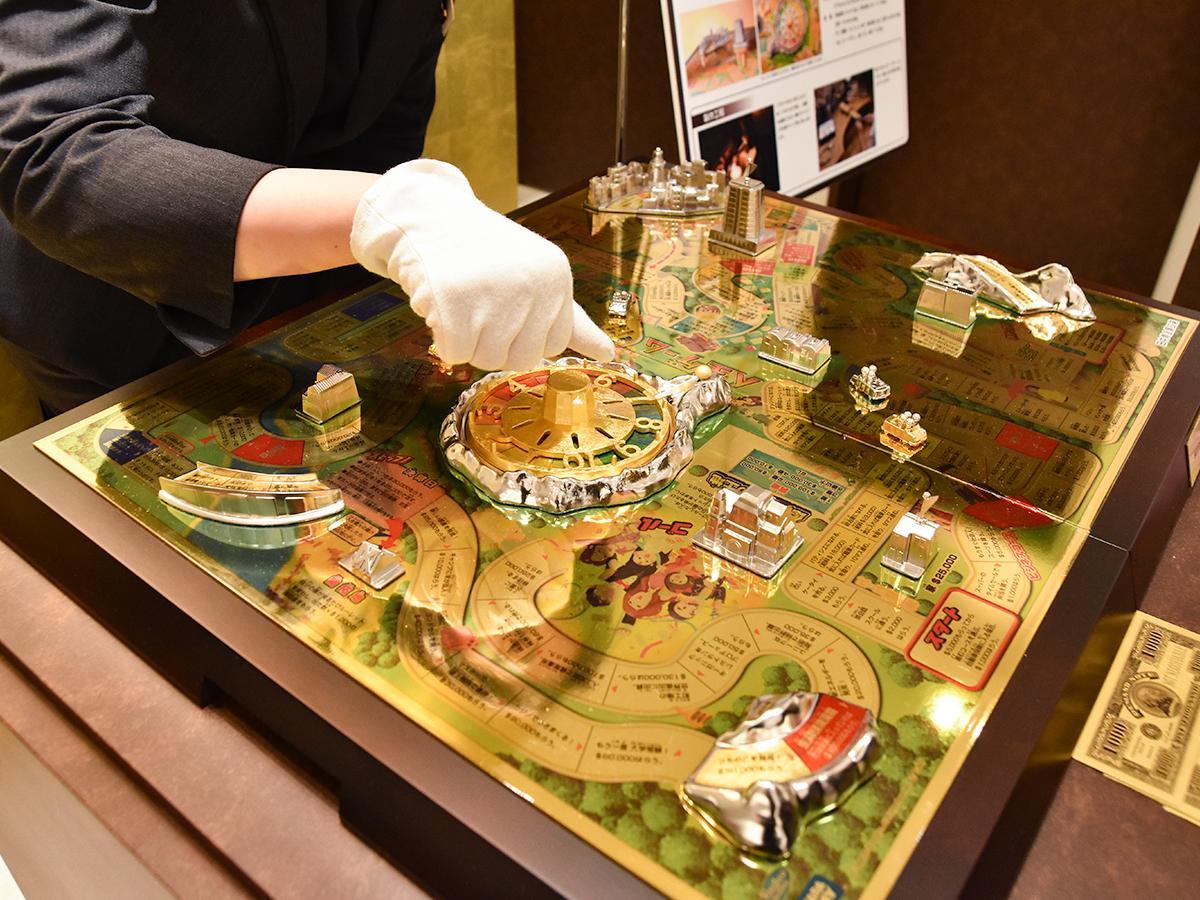 ルーレットも回せる「純金製人生ゲーム」。ガラスケース展示のため触れることはできない