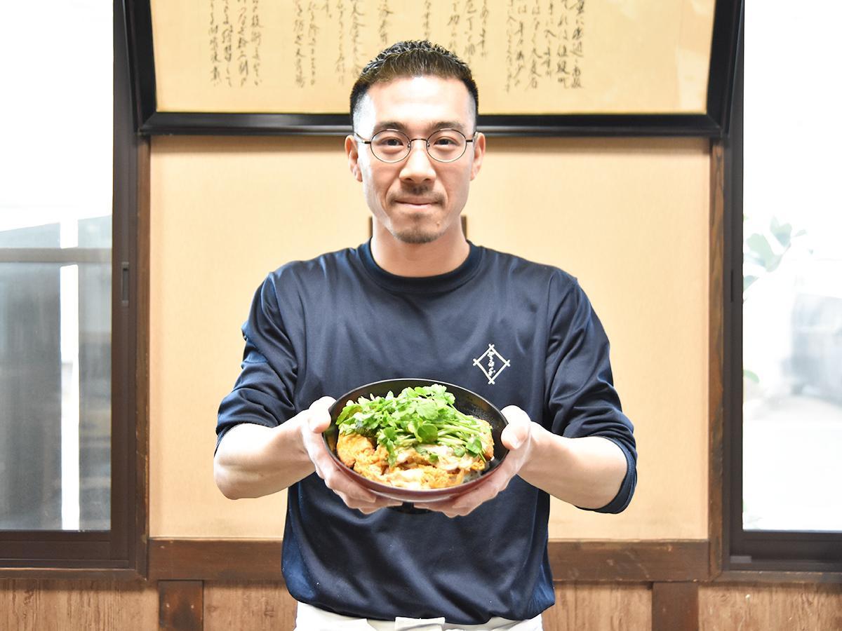 企画のきっかけとなった「せりかつ丼(競り勝つ丼)」を持つ「そば処 登喜和」の小川さん