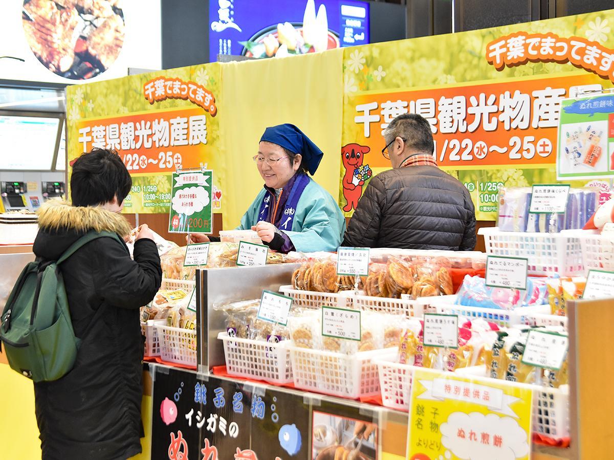 出店者が対面販売し、仙台駅の利用者に千葉の元気な今の姿を伝える