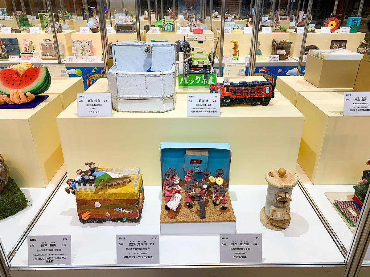 小学生が手掛けた貯金箱がずらり。写真は名古屋会場の様子