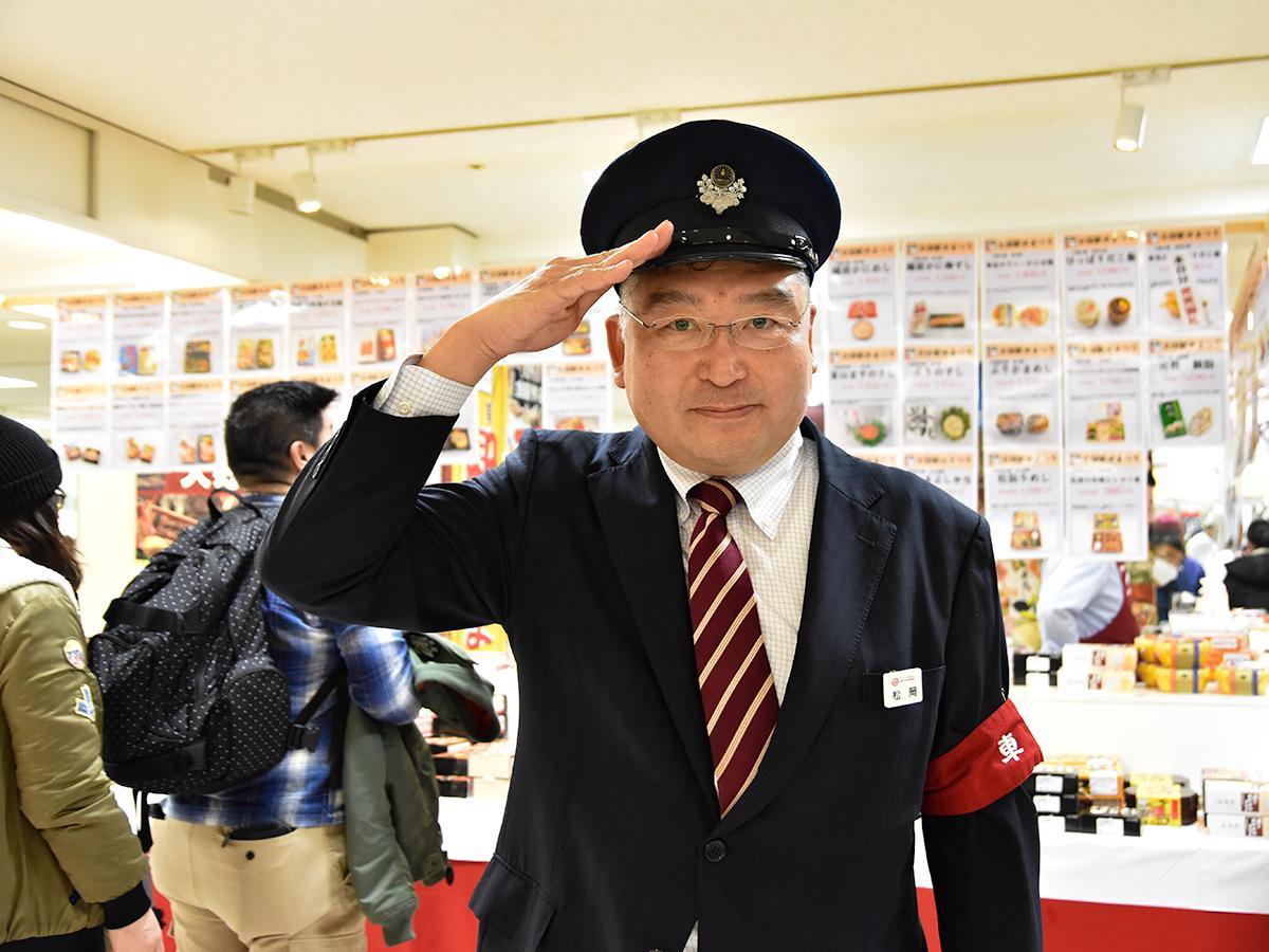 全国駅弁大会のコーナーで来場を呼び掛ける「撮り鉄バイヤー」の松岡さん