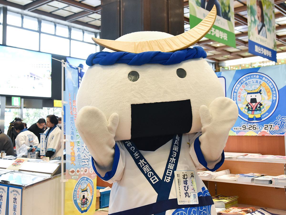 開催初日、会場に駆け付けた仙台・宮城観光PR課長「むすび丸」(水産バージョン)