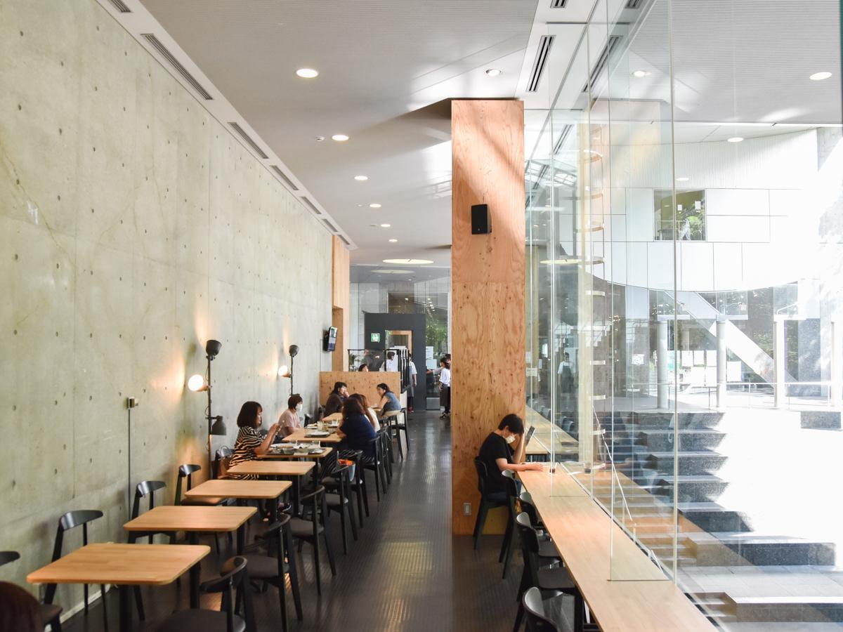 床から天井まで一面ガラス張りで四季折々の風景が楽しめる店内