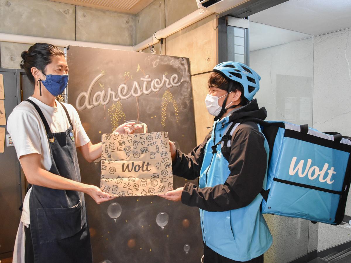 青葉区一番町のロースターカフェ「darastore(デアストア)」で商品を受け取る「ウォルト」配達パートナー