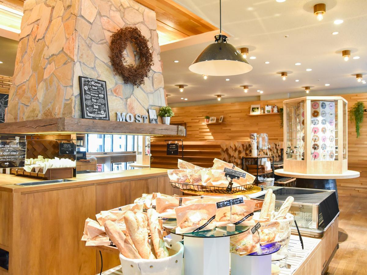 自社パン工房から届くパンを並べる販売スペース