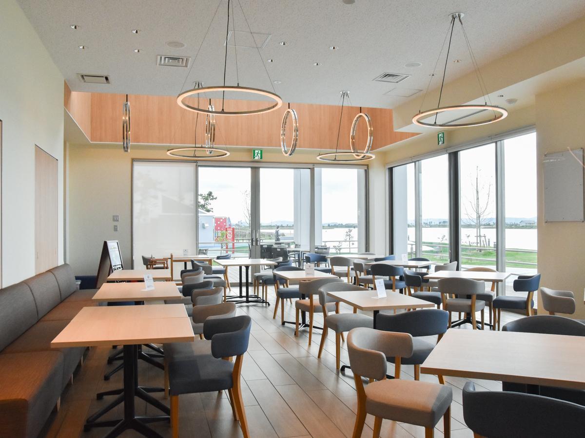 窓の外に広がる海やサイクリングコースを眺めながら食事ができる「閖上港食堂HACHI」店内