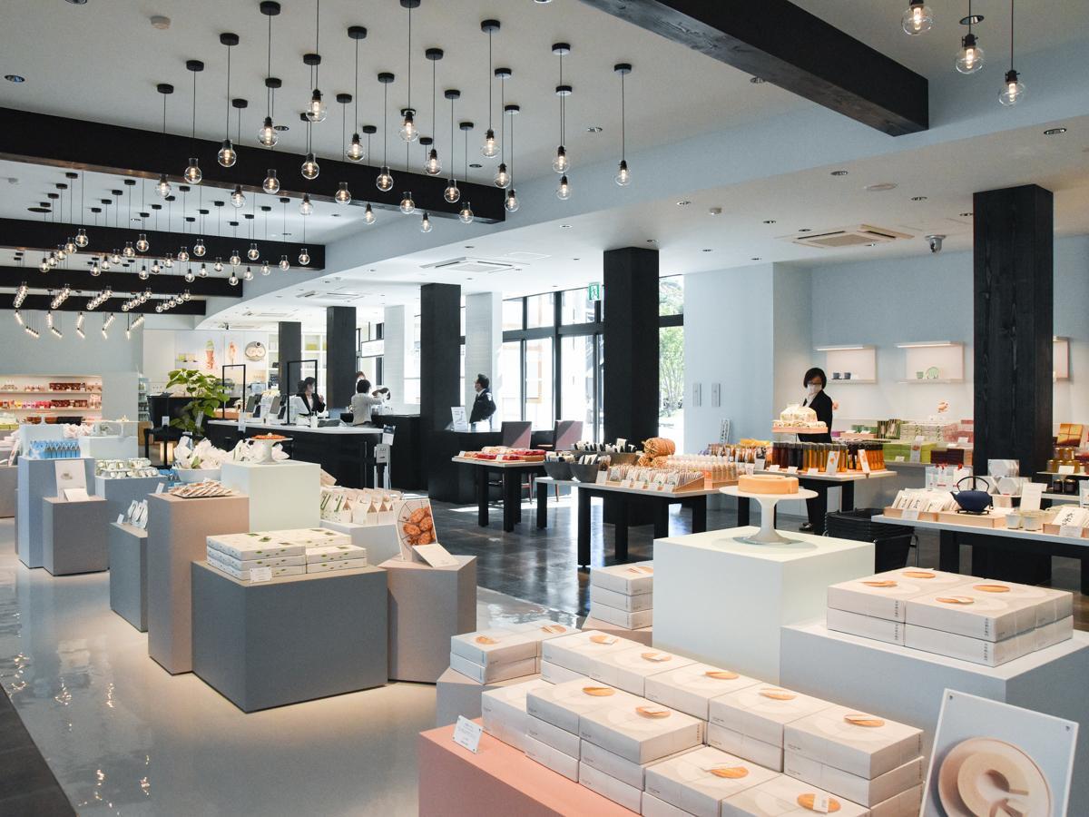 宮城・東北の特産品約400アイテムをそろえる「茶屋勘右衛門」店内。同店だけで販売する限定商品も
