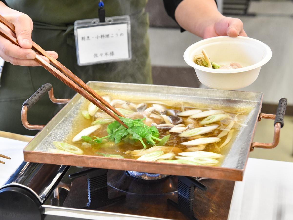 8日に開かれた商品発表会。「仙臺銅壺」で作ったせり鍋が振る舞われた