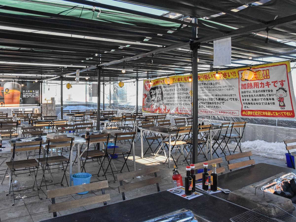 仙台パルコ2屋上に設置されたガゼボの中で営業する「出張カキ小屋 牡蠣奉行」