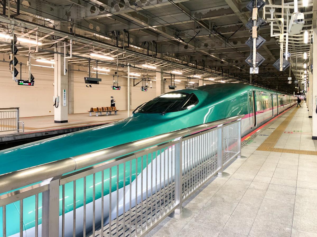 仙台駅に停車中の東北新幹線「はやぶさ」