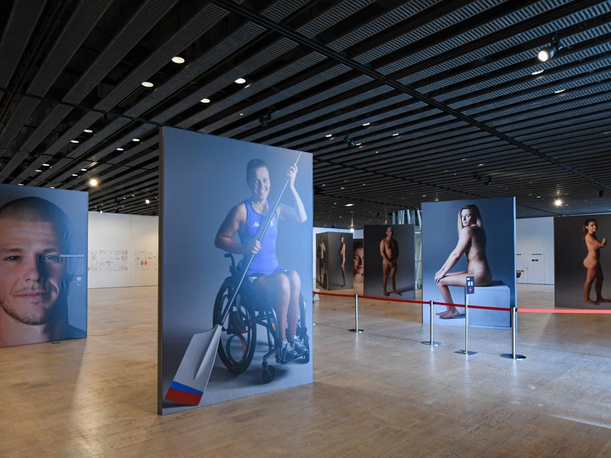 迫力ある特大パネルで12人のパラアスリートの肉体と表情を見せる展示の様子