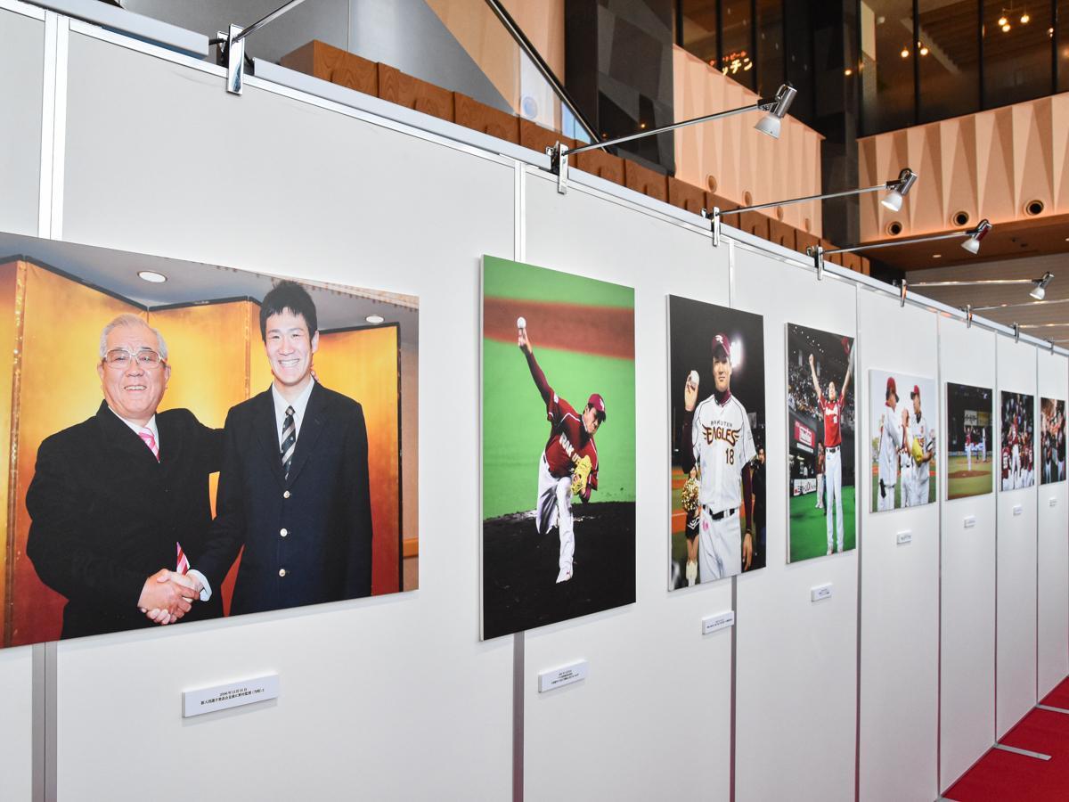 楽天イーグルス新入団選手発表会見後、野村克也監督と固い握手を交わす田中選手の写真(左)など入団から日本一、メジャーでの活躍から日本球界復帰までを振り返る展示