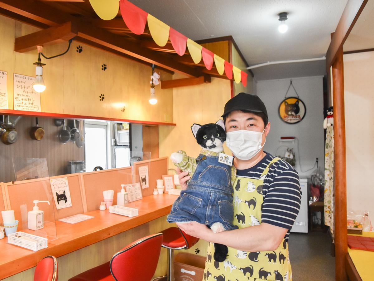 スパイスミムラこと三村誠さんと「マサラ社長代理」。念願かなえ開いた自身の店で