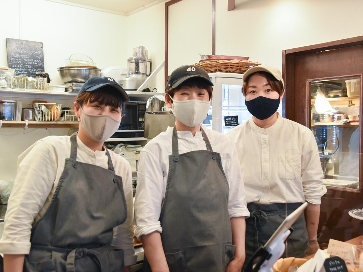 左から、次女の桃さん、美智代さん、長女の莉菜さん