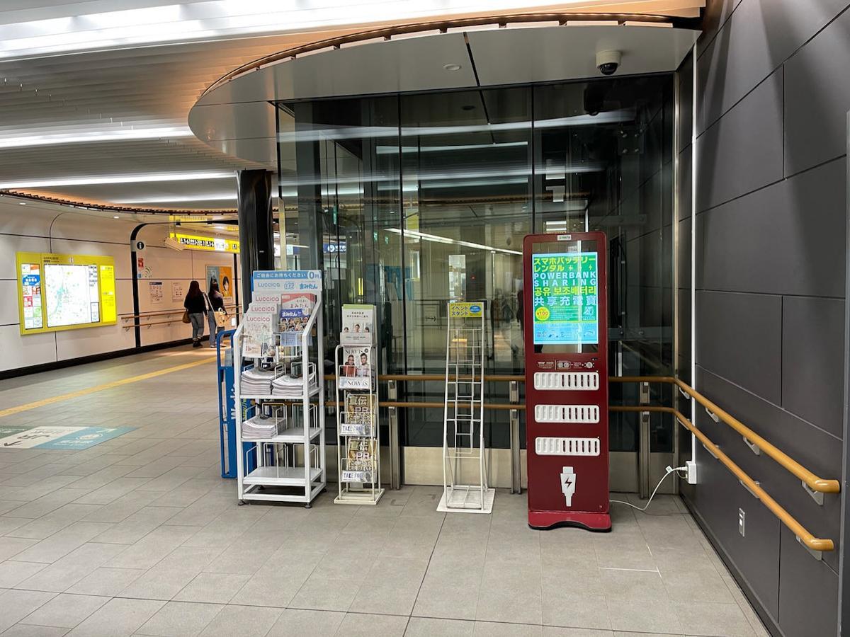 地下鉄仙台駅西改札近くに設置された「mochaステーション」(写真提供=GREEN UTILITY)