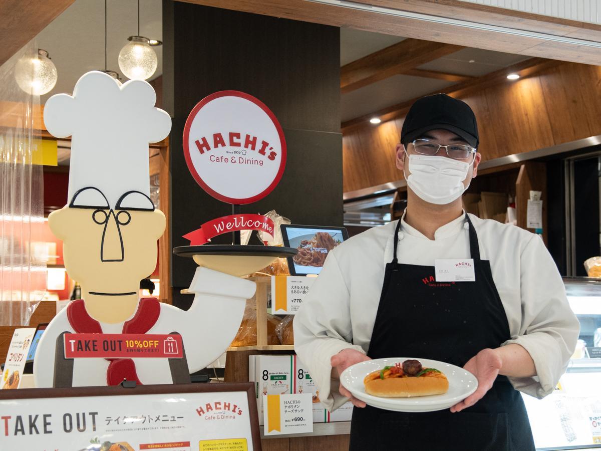 コペリタンをアピールする「カフェ&ダイニング HACHI 長町店」スタッフの本田貴大さん