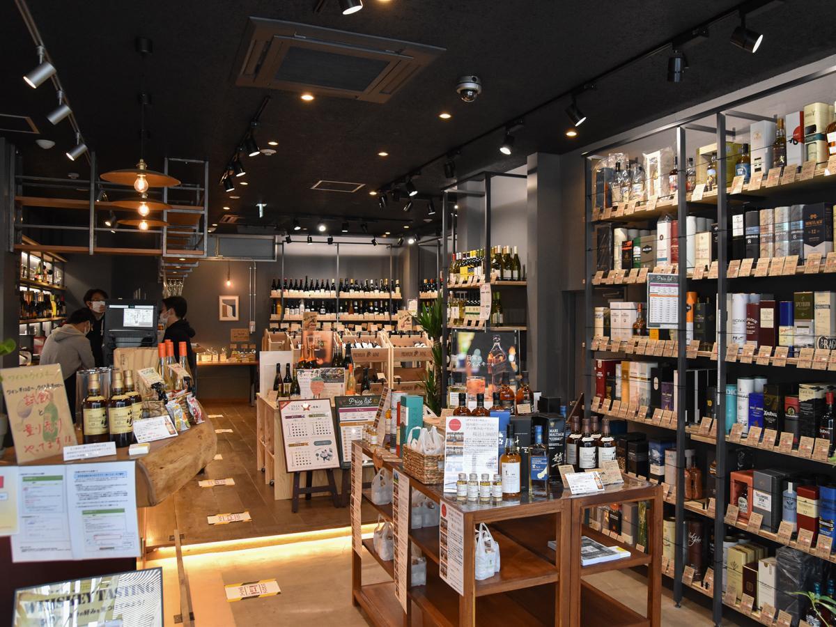 入り口側にウイスキー、奥にワインを陳列する店内。左側にカウンターが延びる