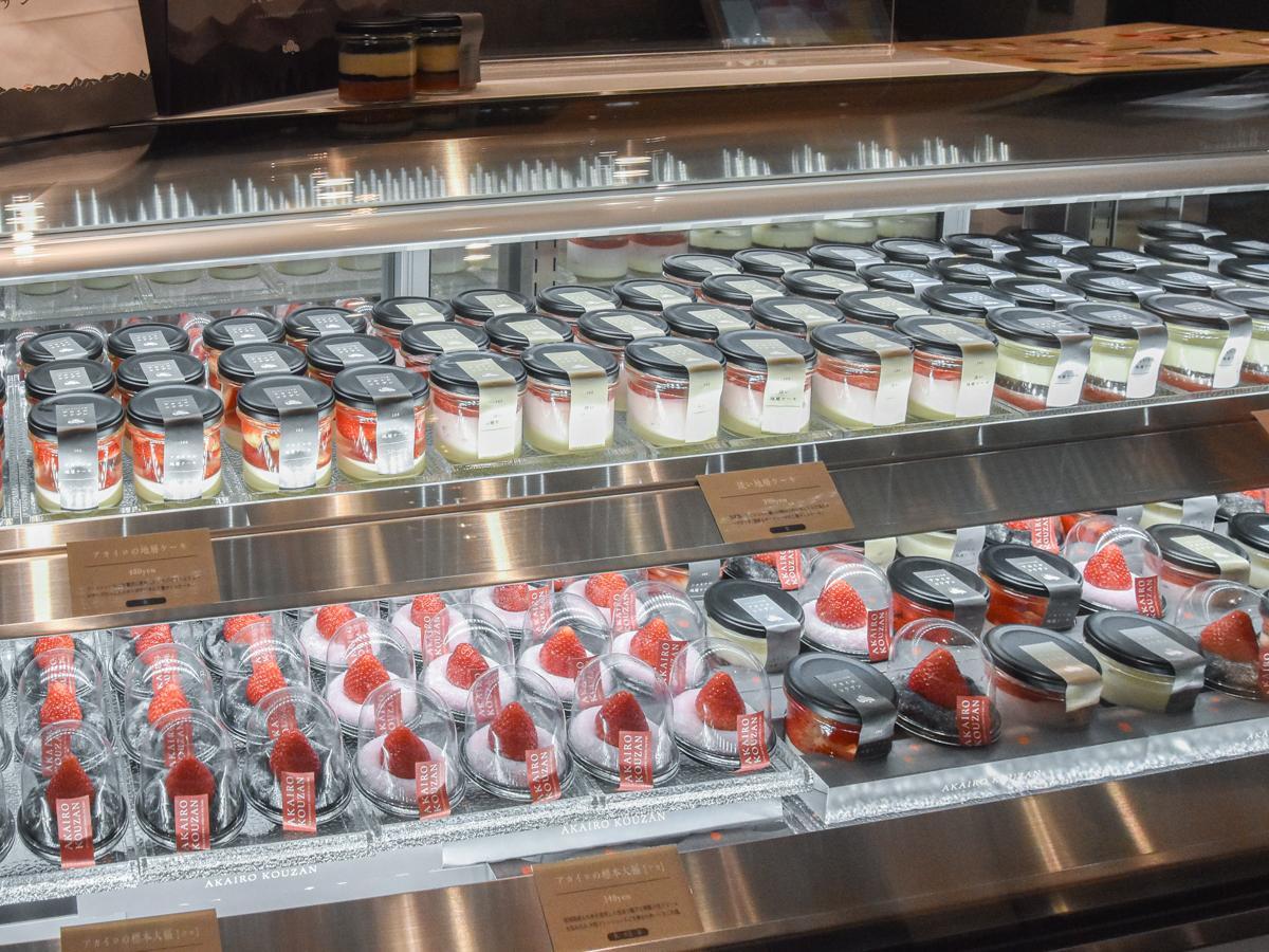 冷蔵ショーケースにずらりと並ぶ県産イチゴのスイーツ