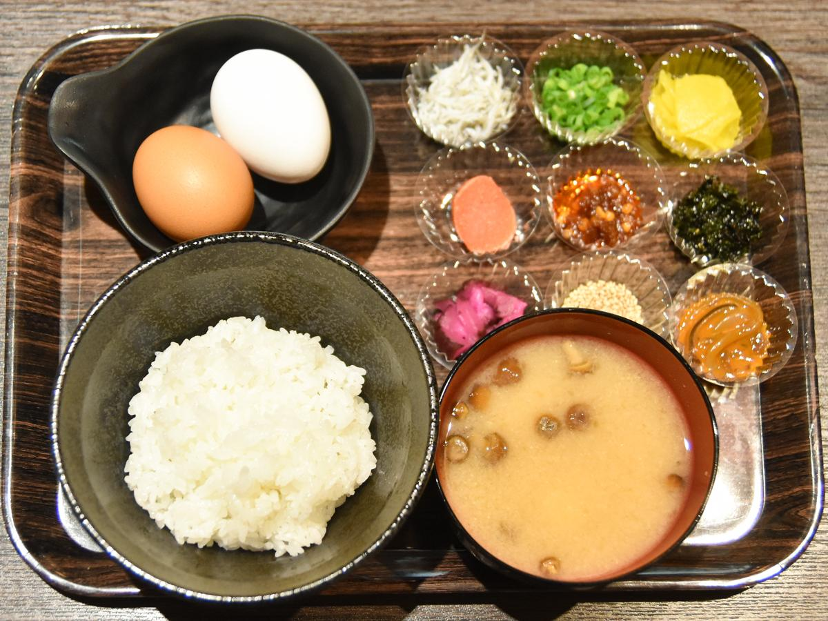 ご飯(並盛り)とみそ汁、2種類の卵とトッピング各種