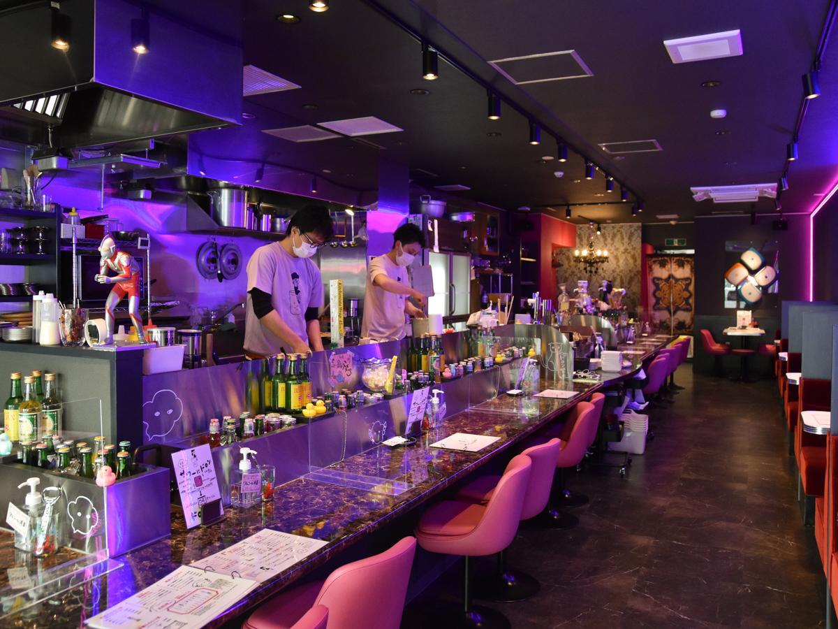 昭和のスナックやクラブと令和の雰囲気をミックスさせた酒場をイメージしたという店内