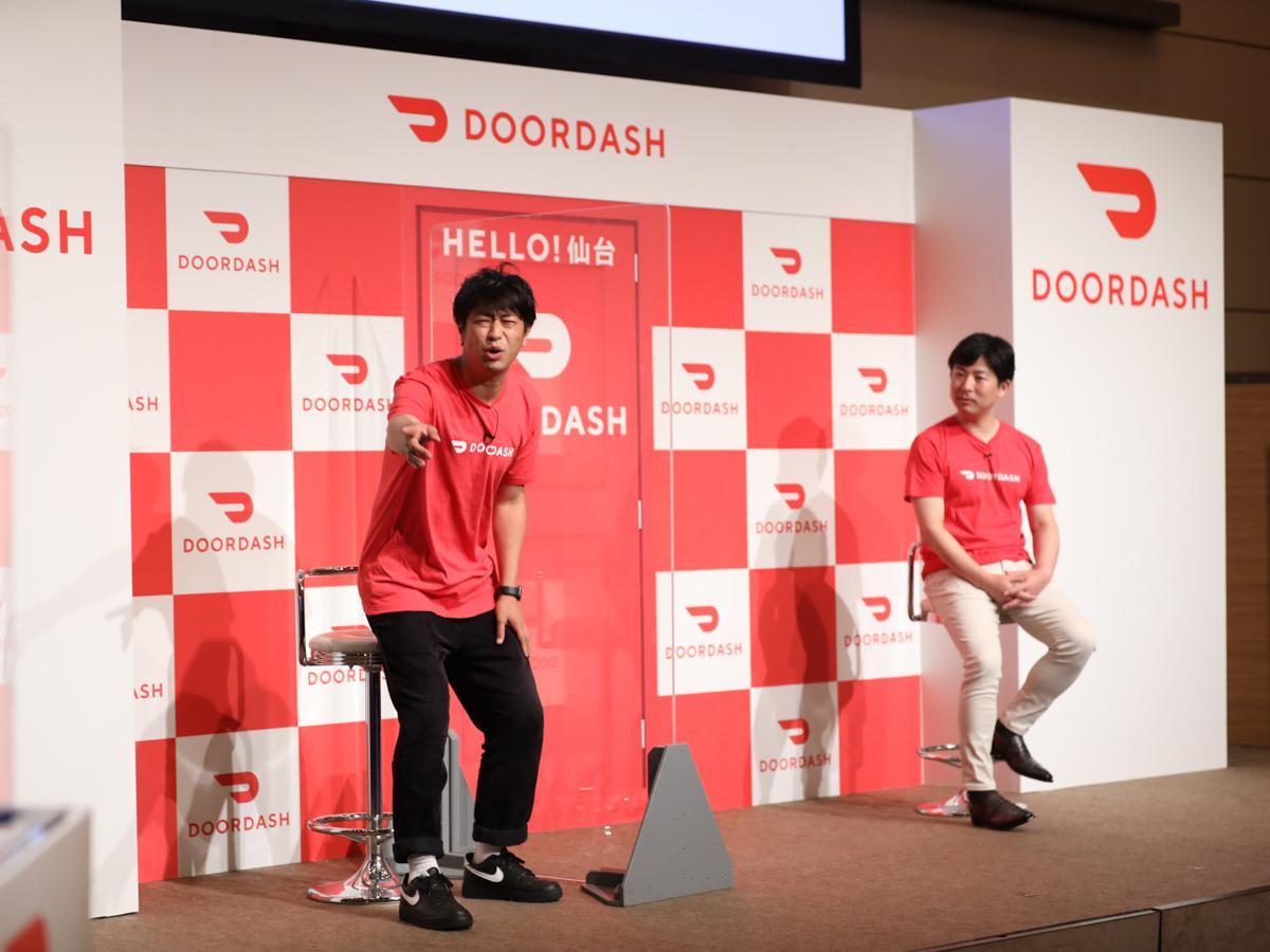 6月9日にオンラインで開かれた記者発表会。ゲストとして出席したお笑いトリオ・パンサーの尾形貴弘さん(左)は終始ドッキリだと疑っていた。右はDoorDash Japan代表兼カントリーマネジャーの山本さん(写真提供=DoorDash Japan)