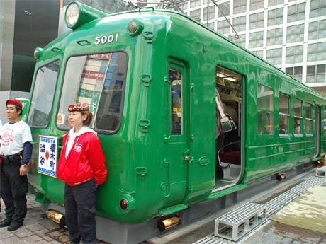 渋谷駅ハチ公前広場に出現した全長18メートルの電車モニュメント