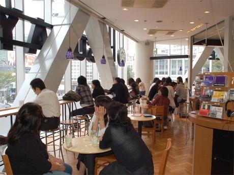 渋谷TSUTAYA「スターバックス」がリニューアル(写真=増床した2階のカフェスペース)