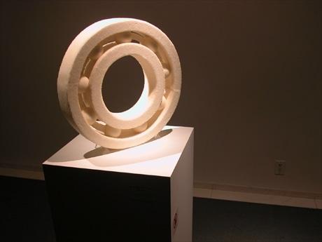 青山でベアリングアート展。(写真=松田直樹さんの作品「ホワイトベアリング」)