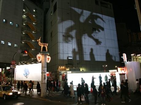 渋谷のビルにドラゴンの影を投影、「BIG SHADOW」プロジェクト