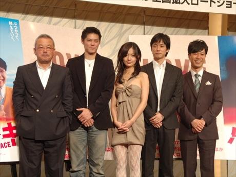 14日、渋谷で 「パッチギ! LOVE&PEACE」の製作発表会見に参加した井筒監督ら