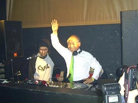 シブヤ経済新聞の年間PVランキング1位は「渋谷のクラブで鈴木宗男議員がMC」(写真=クラブでDJプレイを披露する鈴木議員)