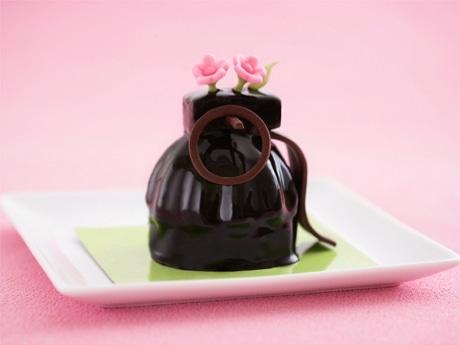 平和プロジェクト「リタイアード・ウェポンズ」が限定カフェ。「手榴弾型」ケーキ(写真)も提供