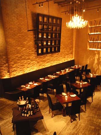 恵比寿のグリル料理レストランがリニューアル。地下空間の店舗は壁面など内装を一新した