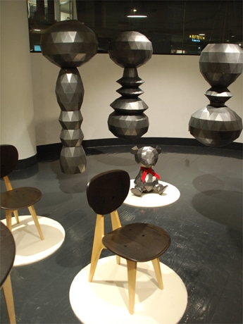 イデーは2月10日、青山に新体制後初の直営店を開設した(写真=店舗内ギャラリーの様子)