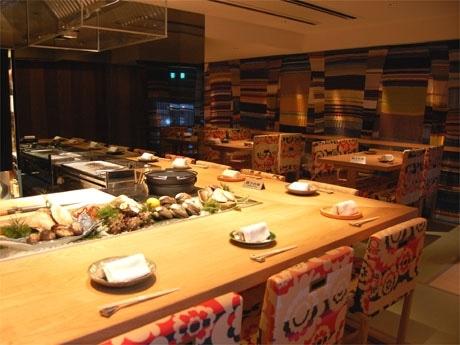 新鮮な「貝焼き」を提供する日本料理店が恵比寿に(写真=カラフルなインテリアが特徴の店内)