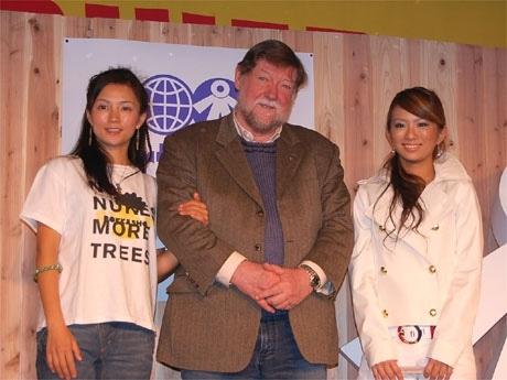 「アースデイ東京」の発表会見で。左から女優の吉本多香美さん、実行委員長のC.W.ニコルさん、ギャル社長の藤田志穂さん
