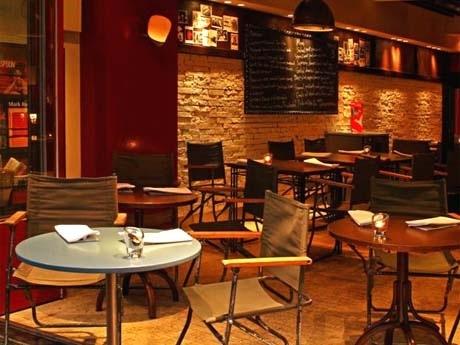 「紅虎餃子房」などで知られる際コーポレーションが青山に新業態レストランバー(写真=店内)