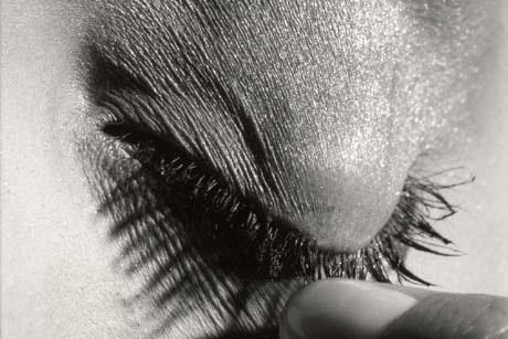渋谷で米気鋭写真家の写真展。グウィネス・パルトロウさんら著名人ポートレートも (写真=Pulling Lid, New York City, 1993) © Michael Thompson