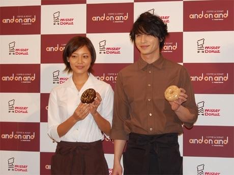 ミスド新業態「アンドナンド」の会見に出席した相武紗季さん(左)と玉木宏さん(右)。交際相手について「順調?」との質問に玉木さんが答える場面も