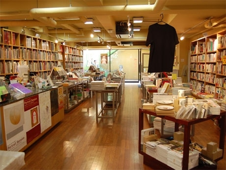 店内の様子。美術書や写真集などの物販スペースのほか、カフェやギャラリー空間も。店は5月で閉店する