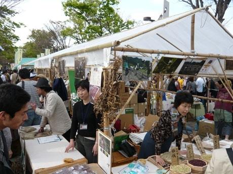 ファーマーズガーデンに「竹テント」で出店するべにや長谷川商店(北海道)。北海道産在来種豆や煮豆入りお焼きなどを販売