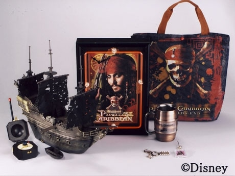 ディズニーストア限定で販売されるパイレーツグッズ。商品は玩具、ファッション雑貨など約70種類