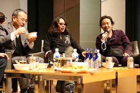 調理終了後、タモリさん「究極のカレー」を試食するゲスト陣。左から山下洋輔さん、みうらじゅんさん、リリー・フランキーさん