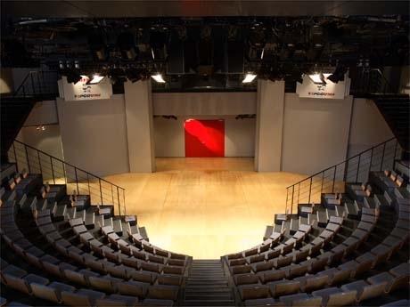 渋谷・宇田川町にある「ヨシモト∞(無限大)ホール」。すり鉢状のホールには最大300人を収容する