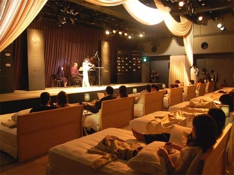 高級ベッドが並ぶ会場の様子。千住真理子さんが奏でる音色にリラックスした様子で聴き入る観客たち