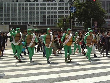 渋谷スクランブル交差点を闊歩(かっぽ)する奈美悦子さん(写真=中央右側)と「カメ軍団」