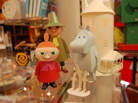 展示の様子。「ムーミン谷の仲間たち」シリーズは、ムーミン、ミー、スナフキンと「ムーミンの家」がセットに