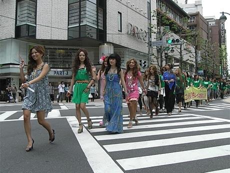 カラフルな衣装に身を包み渋谷の街を闊歩(かっぽ)する「ギャル社長」藤田志穂さん(写真左)とギャル集団