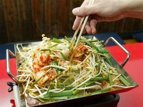 主力のチリトリ鍋。チリトリ状の鍋で肉や野菜を煮込む。「韓国風すきやき」のような甘辛味が特徴